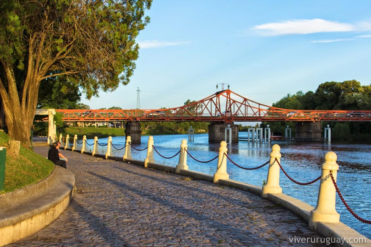 Resultado de imagem para ponte vermelha na entrada de Carmelo